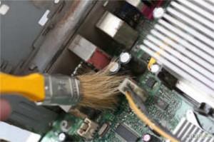 Pulizia interna del computer con il pennello